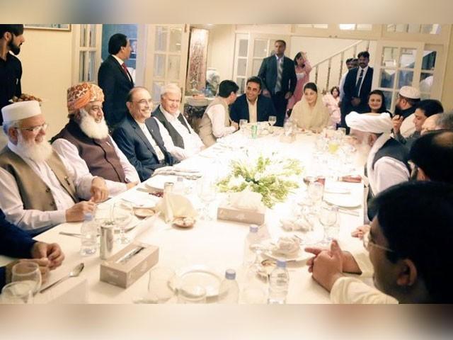 افطار ڈنر کے بعد اپوزیشن رہنماؤں کے درمیان مشاورتی اجلاس کا منظر (فوٹو: نیوز ایجنسی)