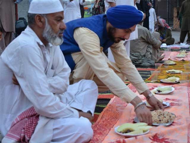 رمضان کے احترام میں سستے داموں چیزیں فروخت کرنے سے ثواب ملتا ہے اور خدمت بھی ہوتی ہے، نرنجن سنگھ فوٹو:احتشام خان