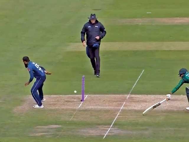 عادل رشید نے شعیب ملک کا اپنی ہی گیند پر ڈائیولگاکر بائیں ہاتھ سے کیچ تھام کر ٹیم کو خوشی منانے کا موقع فراہم کیا تھا۔ فوٹو: فائل