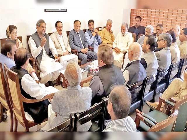 اسلام آباد: ن لیگ کے سینئر نائب صدر شاہد خاقان عباسی پارٹی اجلاس سے خطاب کر رہے ہیں،مریم نواز و دیگر موجود ہیں۔ فوٹو: فائل
