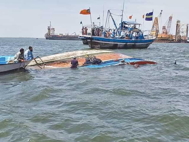 ابراہیم حیدری جیٹی کے قریب سمندر میں ڈوبنے والی لانچ کو کشتیوں کے ذریعے کھینچ کر کنارے پر لایا جا رہا ہے۔ فوٹو: فائل