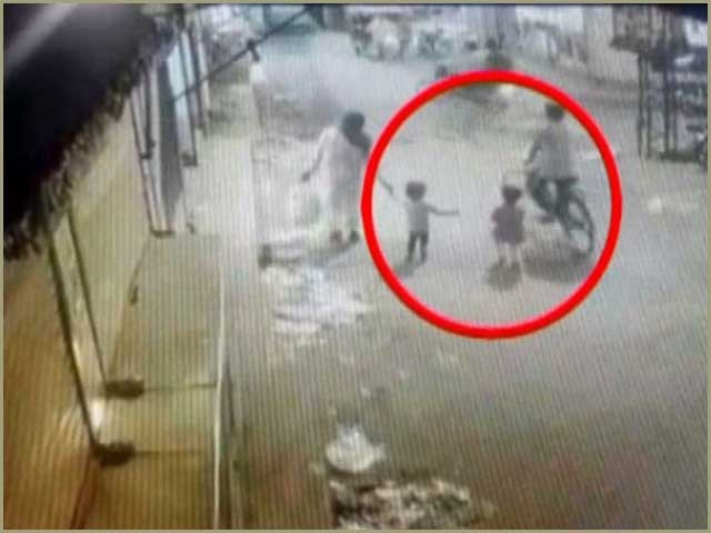 ملزم بچی کو مسجد میں چھوڑ کر فرار ہوگیا۔ فوٹو:اسکرین گریب