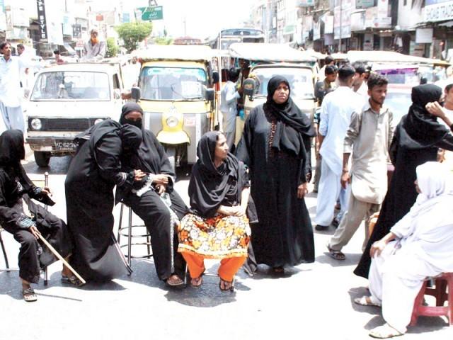 پانی کی عدم فراہمی کے باعث افطاراور سحری میں پریشانی کاسامناہے ،مظاہرین،پولیس نے مذاکرات کرکے مظاہرین کومنتشرکردیا۔ فوٹو ایکسپریس