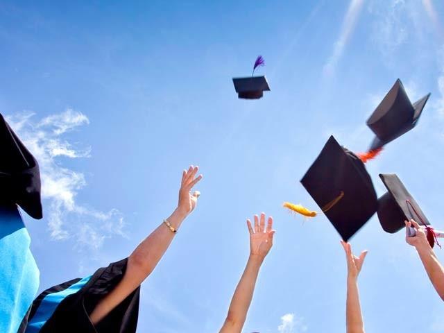 اعلیٰ تعلیم حاصل کرنے والے زیادہ صحت مند، بیماریوں سے محفوظ اور طویل عمر کے حامل ہوسکتے ہیں (فوٹو: فائل)