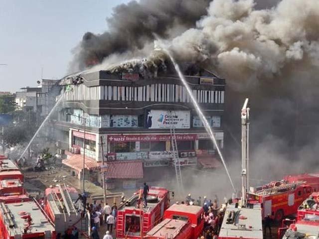 ہلاکتیں عمارت میں ہنگامی خارجی راستے نہ ہونے کے باعث ہوئیں۔ فوٹو : بھارتی میڈیا