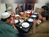 رمضان میں معمول کے کاموں کے ساتھ سحر و افطار پر اہتمام کرنا آسان ہے؟ فوٹو: فائل