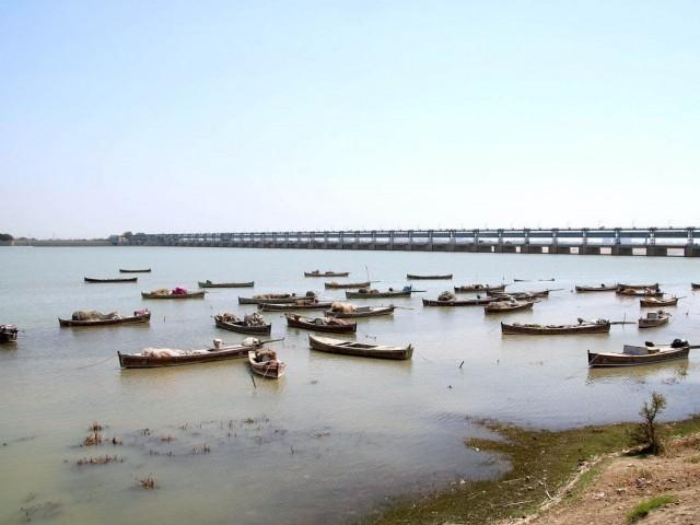 پاکستان سمیت دنیا کے اہم ترین دریا اب اینٹی بایوٹکس ادویہ سے بھرچکے ہیں۔ فوٹو: فائل