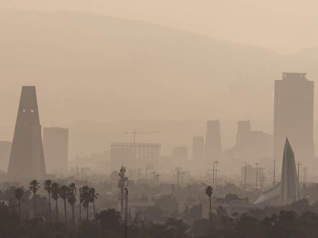 فضائی آلودگی بالخصوص اوزون میں اضافے سے خون کی رگیں سخت اور تنگ ہوسکتی ہیں۔ فوٹو: فائل