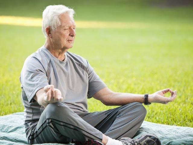 عمررسیدہ افراد میں یوگا جسمانی ، نفسیاتی اور دماغی صحت کو بہتر بناسکتا ہے۔ فوٹو: فائل