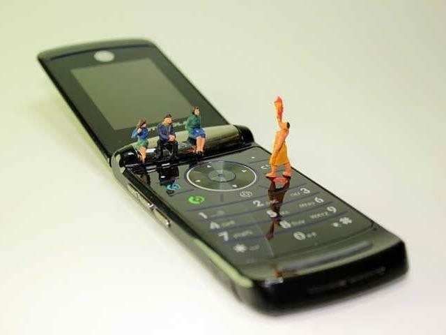 ایک ہفتے کے لیے اسمارٹ فون کی بجائے فلپ فون استعمال کرنے پر 1000 ڈالر کا انعام دیا جائے گا۔ فوٹو:فائل