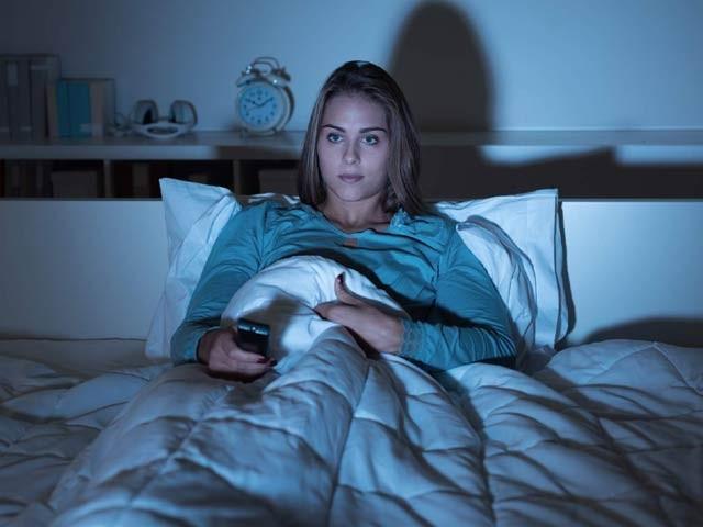 رات دیر تک ٹی وی دیکھنے کی عادت موٹاپے کی جانب لے جاتی ہے۔ فوٹو: فائل
