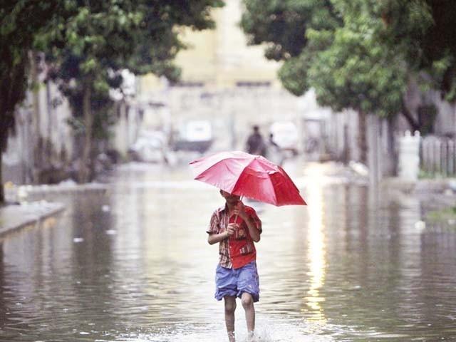 بارش کی نوید حبس، چلچلاتی دھوپ اور شدید گرمی سے بے حال شہریوں کے لیے خوشخبری سے کم نہیں۔ فوٹو : فائل
