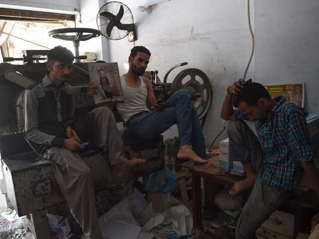 لانڈھی اور صدر موبائل مارکیٹ کے قریب مشتعل افراد کا احتجاج،کے الیکٹرک دفتر میں عملے کی موٹر سائیکلوں کو گرا دیا۔ فوٹو:فائل