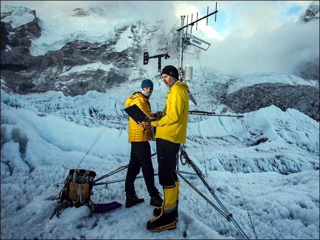 دنیا کا بلند ترین موسمیاتی اسٹیشن ماؤنٹ ایورسٹ پر قائم کیا گیا ہے۔ (فوٹو: نیشنل جیوگرافک)
