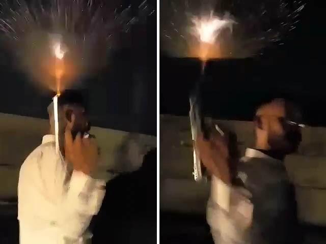 پولیس اہلکار کی ایم اے جناح روڈ پر کھلے عام فائرنگ کی تصاویر (فوٹو: اسکرین گریب)