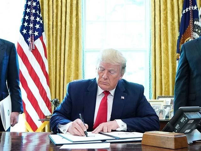 صدر ٹرمپ نے آیت اللہ خامنہ ای پر عائد پابندی کے دستاویز پر اپنے اوول دفتر میں دستخط کیئے۔ فوٹو : اے ایف پی