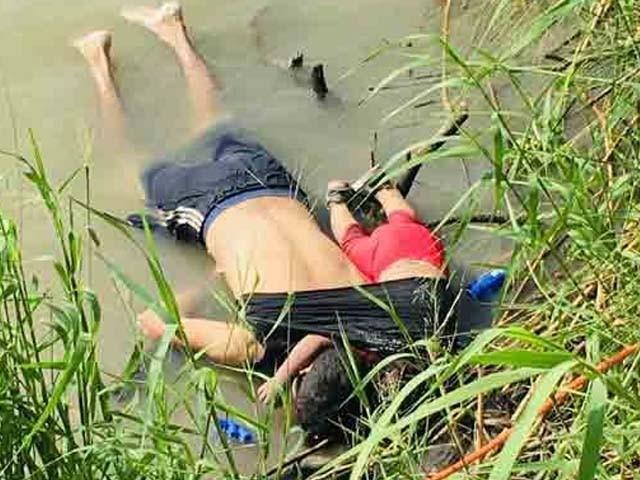 باپ کی 2 سالہ بیٹی کو پیٹھ پر سوار کرکے دریا عبور کرنے کی کوشش ناکام رہی۔ فوٹو : اے ایف پی