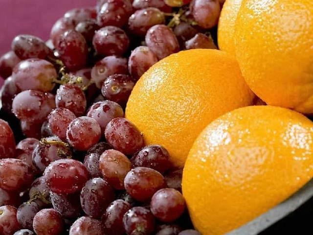نارنجی، گاجر اور انگور میں موجود اجزا کینسر کو روکنے کی بھرپور صلاحیت رکھتےہیں۔ فوٹو: فائل