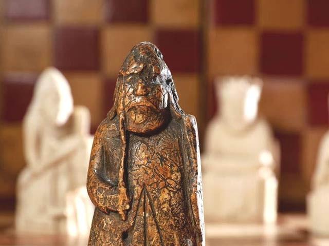 سات سو یا آٹھ سو سال قدیم شطرنج کا یہ مہرہ 1964ء میں 7 ڈالر میں خریدا گیا اور اب 9 لاکھ 20 ہزار ڈالر میں فروخت ہوا ہے (فوٹو: ایم ایس این)