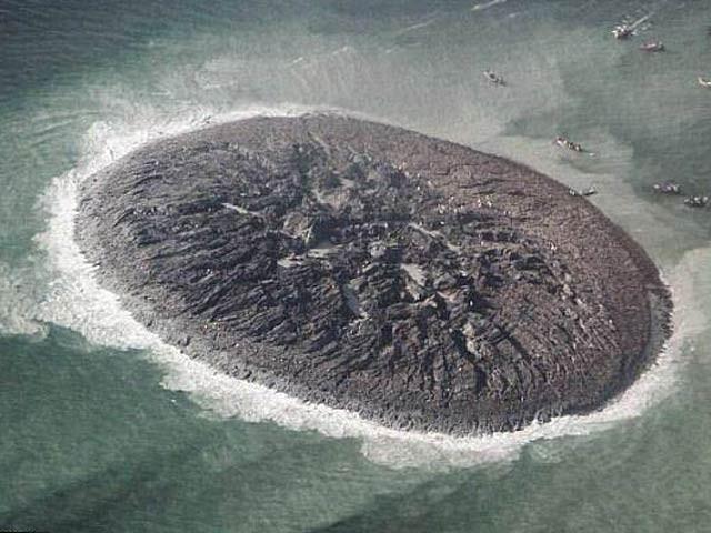 تصویر میں نرم مٹی اور پتھروں پر مشتمل جزیرہ 'زلزلہ کوہ' نمایاں ہے جو اب مکمل طور پر سمندر برد ہوچکا ہے۔ فوٹو: بشکریہ ناسا
