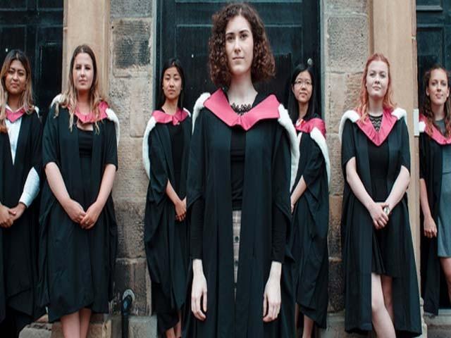 قدامت پرست برطانیہ میں خواتین کو اعلیٰ تعلیم کا حق دلوانے والی 7 طالبات کو یادگاری اعزازی ڈگری دی گئی (فوٹو : ٹویٹر)
