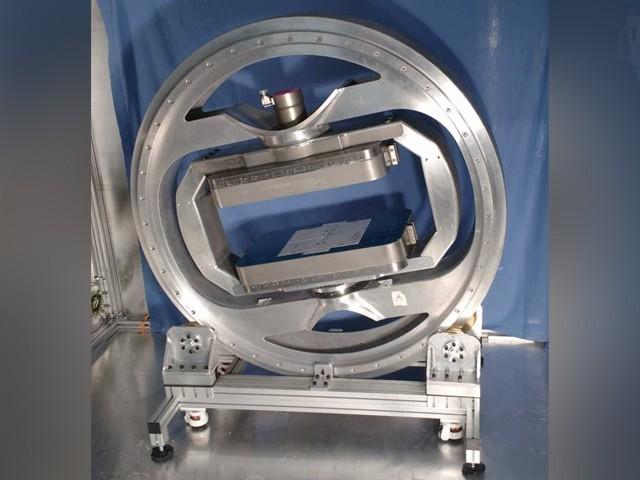 یہ پروٹوٹائپ ایم آر آئی اسکینر، مروجہ ایم آر آئی مشینوں کے مقابلے میں تقریباً نصف جسامت کا ہے۔ (فوٹو: امپیریل کالج لندن)