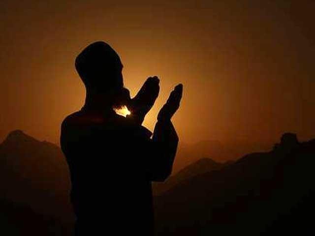ﷲ ہی عبادت کے لائق ہے اور وہی ہماری عاجزی، انکساری اور محبّت کا حق دار ہے۔ فوٹو: فائل