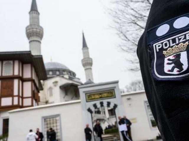 پولیس نے مساجد کو خالی کرا کے سرچ آپریشن کیا۔ فوٹو : فائل