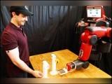بوٹل کیپ چیلنج کھیلنے والوں میں انسانوں کے ساتھ ساتھ ایک روبوٹ کا اضافہ بھی ہوگیا ہے۔ (فوٹو: ایم آئی ٹی)
