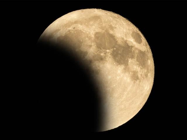 دنیا کے مختلف حصوں میں مکمل جب کہ پاکستان میں چاند گرہن جزوی طور پر دکھائی دے گا (فوٹو: فائل)