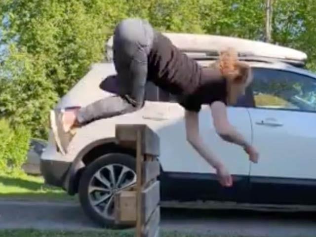 ناروے کی خاتون عائلہ کرسٹائن گھوڑے کی طرح چلتی دوڑتی اور چھلانگ لگاتی ہیں (فوٹو: ڈیلی اسٹار)