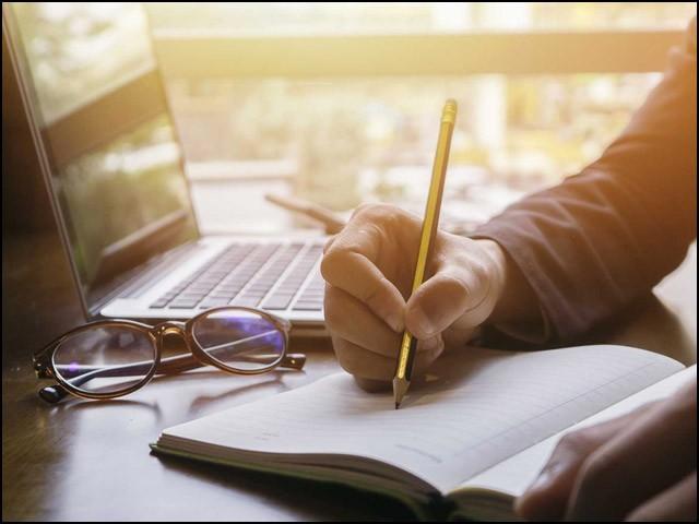 قلم کی حرکت کو وہی حیثیت حاصل ہے، جو زبان سے نکلے ہوئے ایک بول کو۔ (فوٹو: انٹرنیٹ)