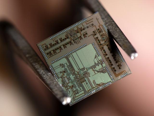 صرف 4.4 مربع ملی میٹر جسامت والی یہ چپ 36 گیگابٹس فی سیکنڈ کی رفتار سے ڈیٹا نشر کرسکتی ہے۔ (فوٹو: یونیورسٹی آف کیلیفورنیا، اِروِن)