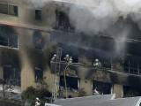 ایک شخص نے معروف کمپنی 'کیوٹو اینی میشن' کی تین منزلہ عمارت میں داخل ہوکر آتش گیر مادے سے آگ لگادی۔ فوٹو:رائٹرز