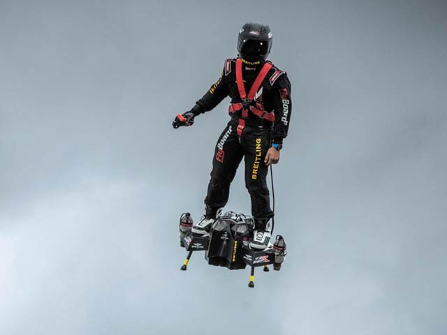 فرینکی زپاٹا نامی موجد کی جانب سے تیارکردہ اڑن تختہ جس کا عملی مظاہرہ انہوں نے فرانس کے قومی دن کے موقع پر کیا ہے۔ فوٹو: زپاٹا ویب سائٹ