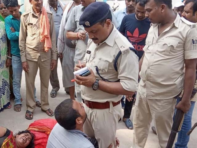 پولیس مقتولین کے لواحقین کے احتجاج پر مقدمہ درج کرنے پر مجبور ہوگئی (فوٹو : بھارتی میڈیا)