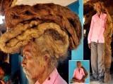 گاؤں کے لوگ لمبے بالوں کو کرامت سمجھتے ہوئے اس شخص کو روحانی حیثیت دینے لگے۔ فوٹو : بھارتی میڈیا