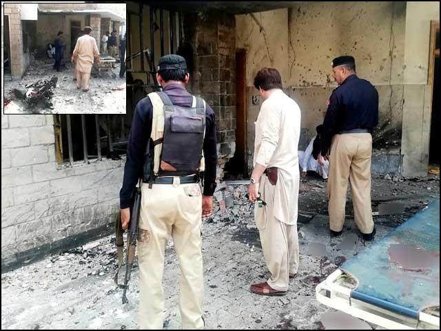 دہشتگردوں نے چوکی پر فائرنگ کی اور جب پولیس اہلکاروں کی لاشیں اسپتال پہنچائی گئیں تووہاں خودکش دھماکا کردیا گیا ۔ فوٹو : اے ایف پی