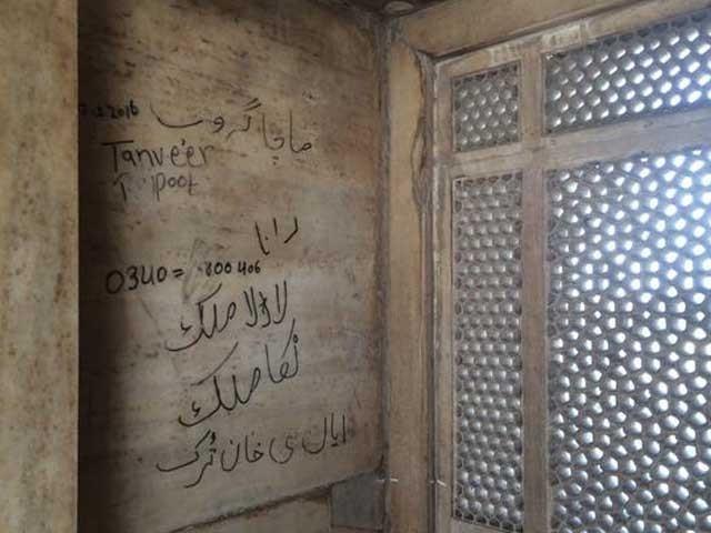 دنیا بھر میں تاریخی مقامات کی دیواروں پر تحریر لکھنا قانوناً جرم ہے فوٹو: ایکسپریس