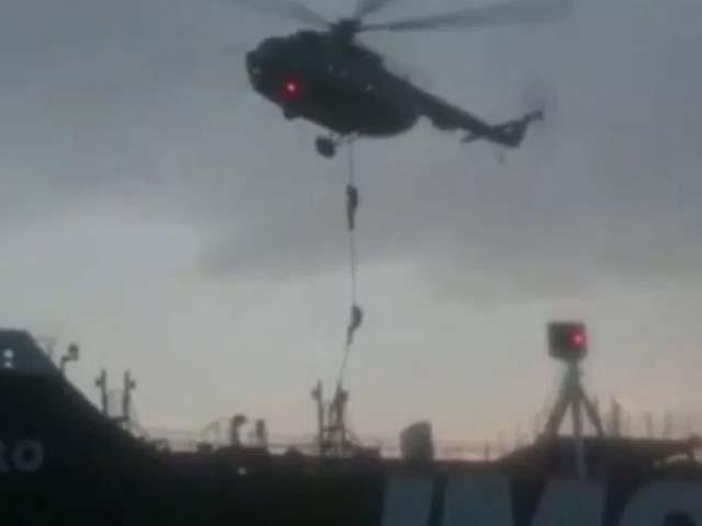 پاسداران انقلاب کے اہلکار ہیلی کاپٹر کے ذریعے برطانوی آئل ٹینکر پر اتر رہے ہیں۔ فوٹو: ویڈیو گریب
