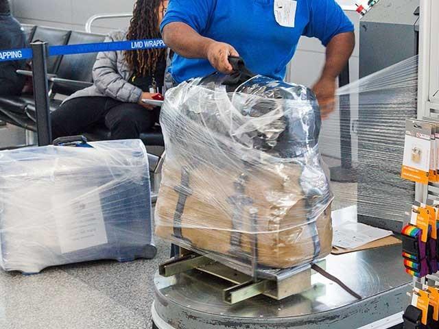 پلاسٹک ریپنگ لازم کرنے کے خلاف عوامی ردعمل سامنے آیا ہے فوٹو:فائل