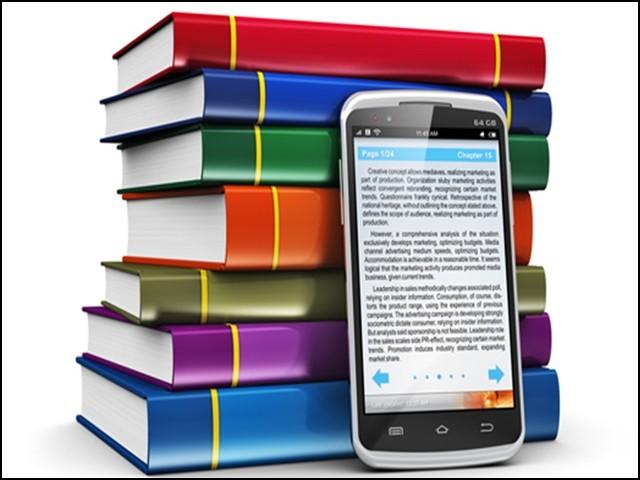 ڈیجیٹل میڈیا کے مقابلے میں روایتی کتابیں ہاتھ میں تھام کر پڑھنے سے یادداشت بہتر ہوتی ہے۔ (فوٹو: انٹرنیٹ)