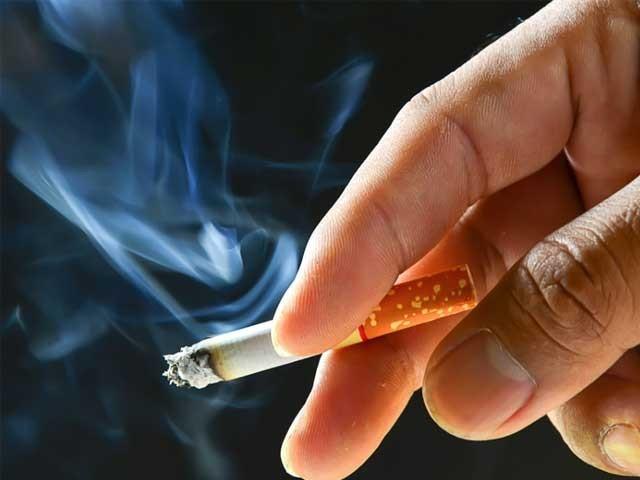 ترقی یافتہ ممالک میں سگریٹ نوشی کا رجحان کم ہورہاہے۔ فوٹو: فائل