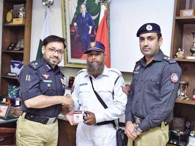 ہیڈکانسٹیبل کمال احمد کو آئی جی کلیم امام نے 10 ہزار روپے انعام اور یادگار پیش کی۔ فوٹو: فائل