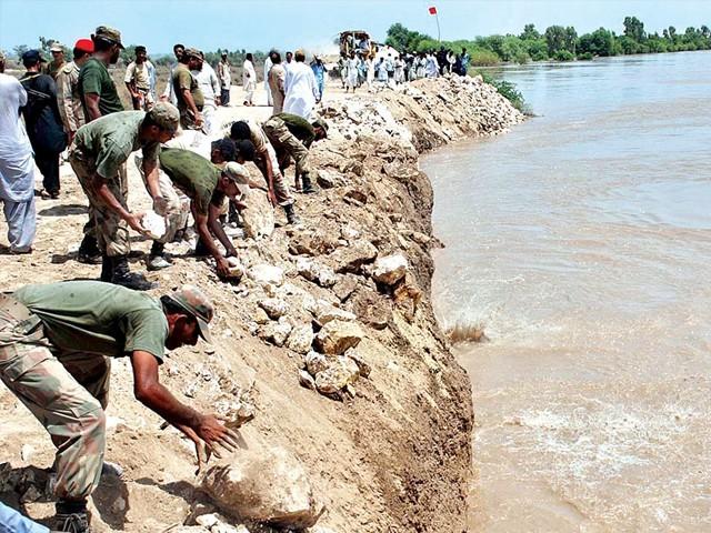 سیلاب کے باعث دریائے سندھ کے راستوں میں آباد لوگوں کی نقل مکانی جاری ہے، فلڈ کنٹرول روم۔ فوٹو : فائل
