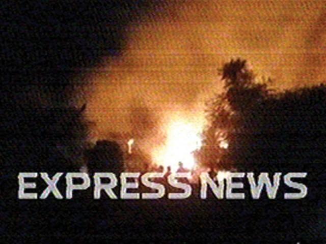 آبادی پرگرکرتباہ ہونے والاچھوٹا طیارہ آرمی ایوی ایشن کاہے،حادثے میں2پائلٹ سمیت عملے کے5افرادشہیدہوئے،آئی ایس پی آر۔ فوٹو: ایکسپریس نیوز