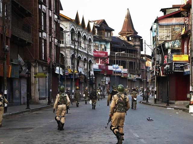 مقبوضہ وادی کو فوجی چھاونی میں تبدیل کرکے ہزاروں اضافی فوجیوں کی تعینات کردیا گیا ہے۔ فوٹو : فائل