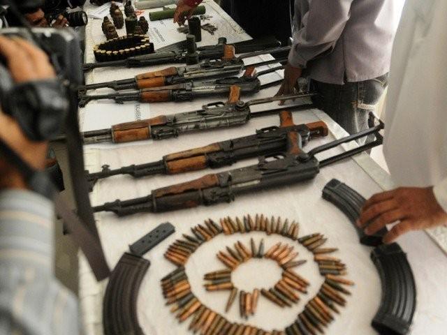 برآمد اسلحے میں 14 کلوبارود، سرنگیں،کلاشنکوف، راکٹ لانچر کے گولے اوردستی بم شامل ہیں۔ فوٹو:فائل   (فوٹو: فائل)