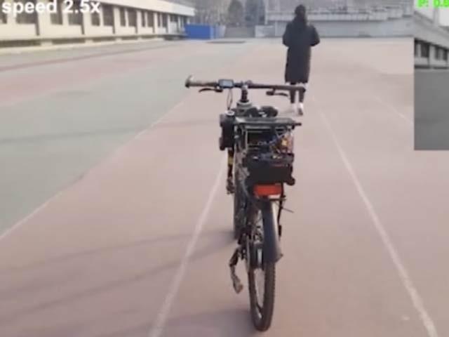 اس تصویر میں کسی انسان کے بغیر سائیکل کو متوازن دیکھا جاسکتا ہے۔ فوٹو: بشکریہ دی نیو اٹلس