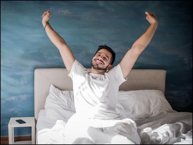 پرامید رہنے والے صرف امراضِ قلب ہی سے محفوظ نہیں رہتے بلکہ نیند لینے کے بعد وہ تازہ دم ہو کر اٹھتے ہیں۔ (فوٹو: انٹرنیٹ)